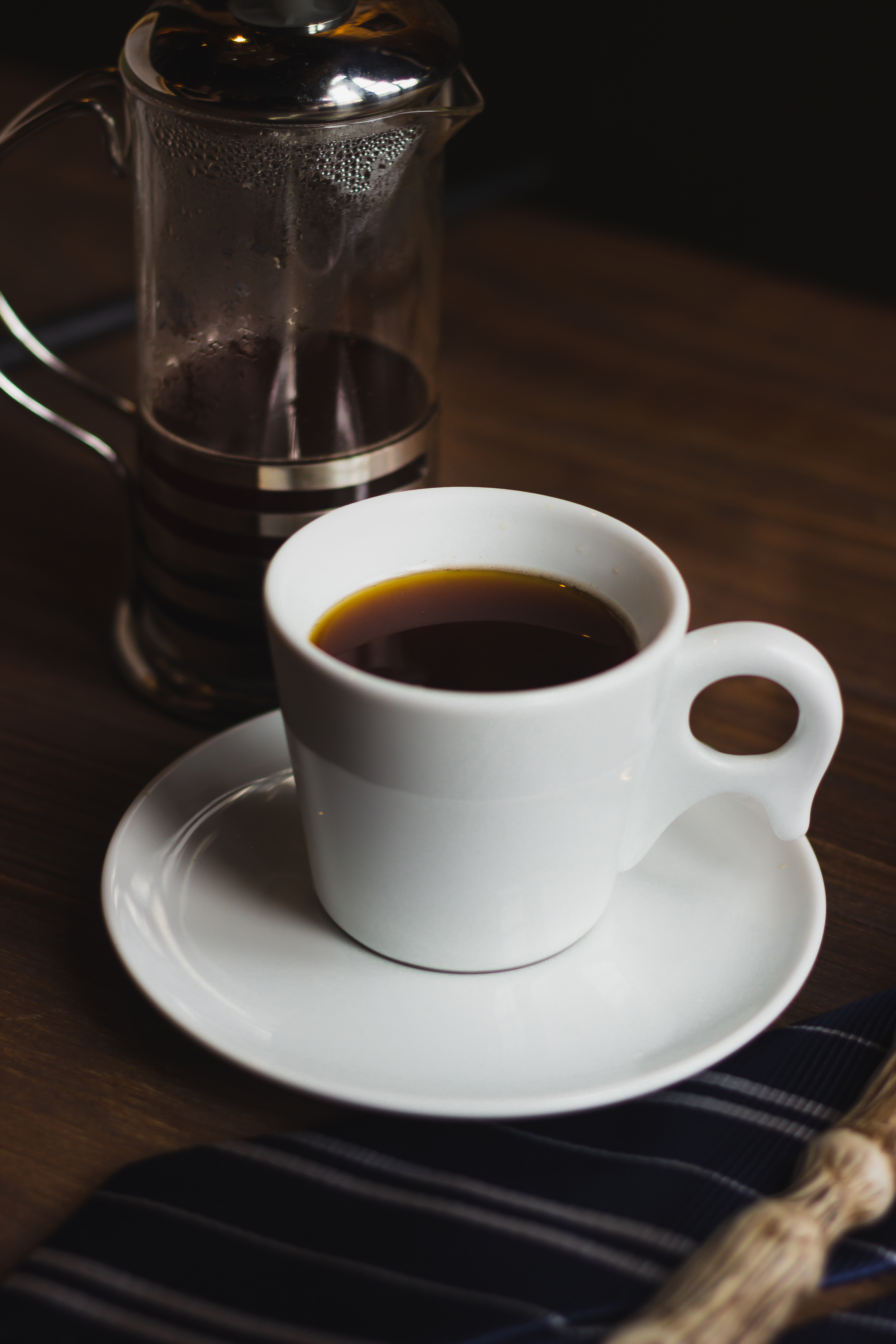 Prensa francesa e xícara de café