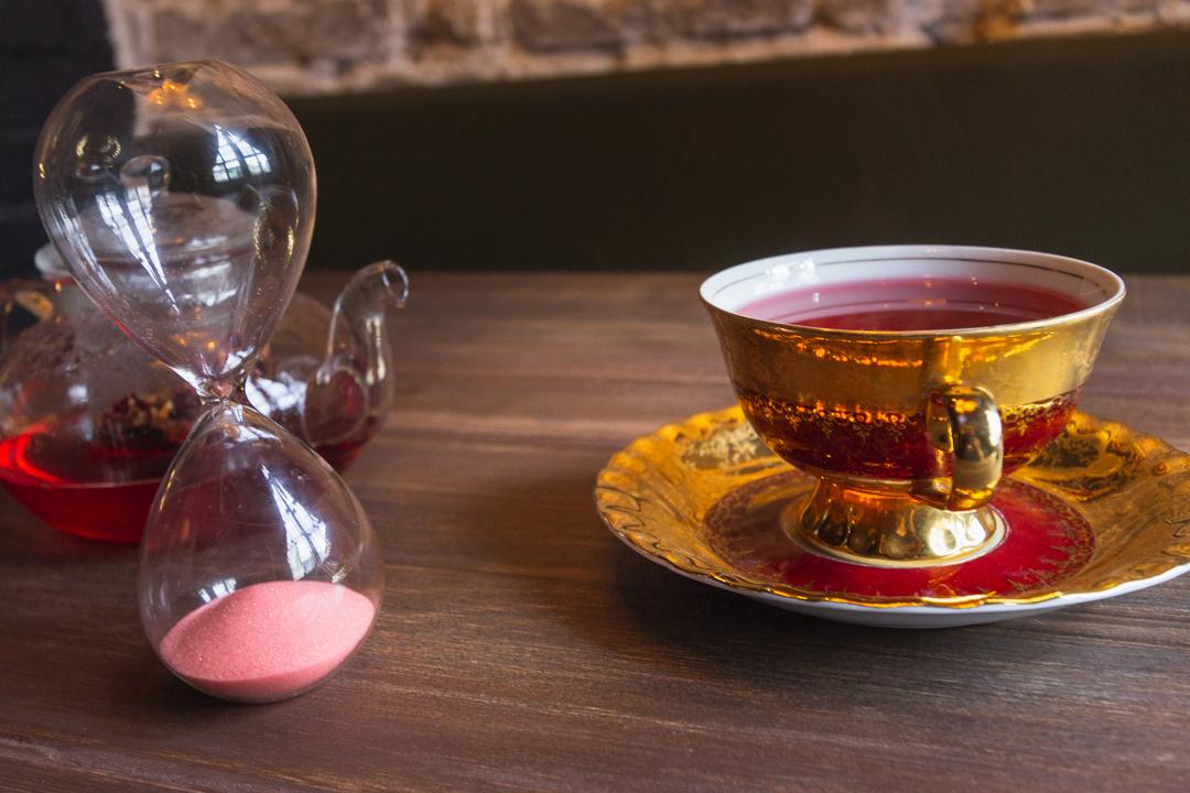 Xícara de chá vermelha e dourada